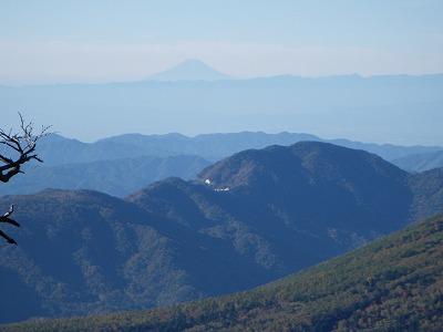 遠く富士山が見える