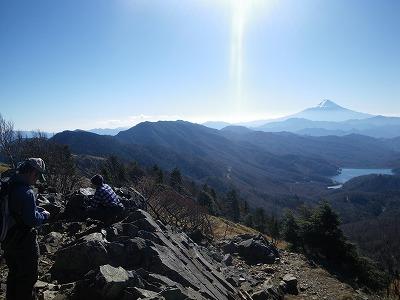 雷岩から小金沢連嶺を見る 後ろには富士