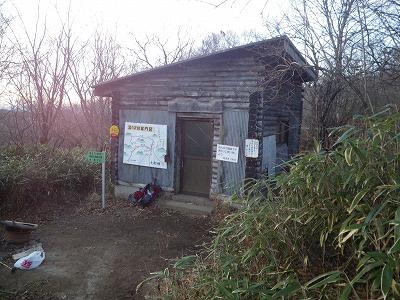 湯沢峠の避難小屋