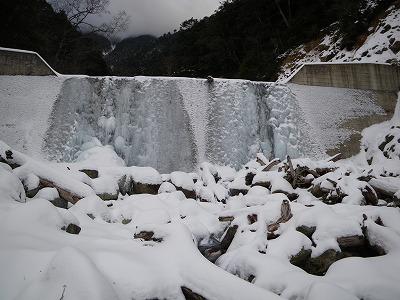 堰堤はバッチリ氷っている