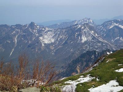 手前に鋸岳から鬼ヶ面山、奥に阿弥陀山