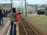 桜を横目に西鉄古賀駅に着く宮地岳線