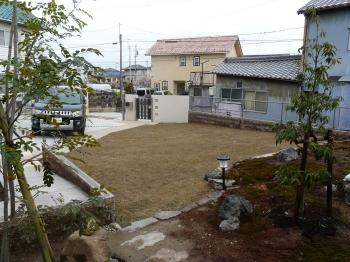 和庭側から芝を