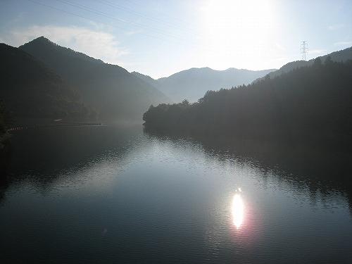 5朝モヤのダム湖
