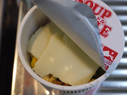 カップヌードルにとろけるチーズ♪