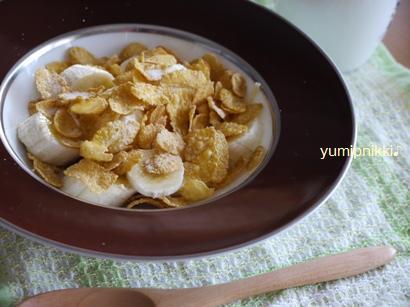 バナナとコーンフレークの朝食♪