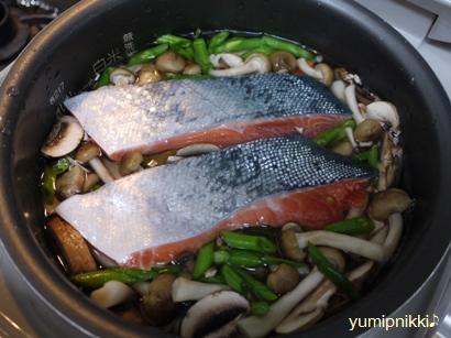 鮭とキノコ2種のコンソメピラフ♪炊く前