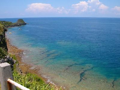 ダイバーハウススから真栄田岬の海を望む