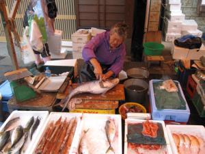 魚をさばくおばちゃん
