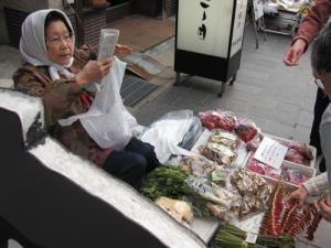 野菜を売るおばちゃん