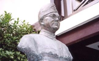 蓮光寺にあるチャンドラ・ボース胸像