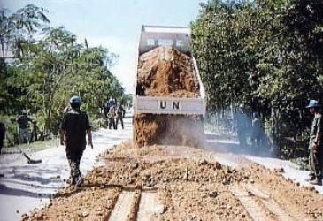 道路補修にあたる自衛隊