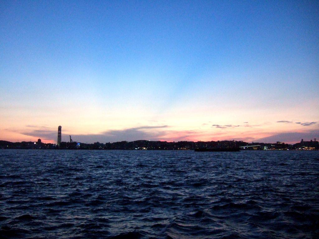 九州から本州を望む、関門海峡の夕焼け。